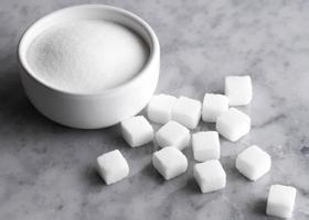 В первую очередь глюкоза (сахар)
